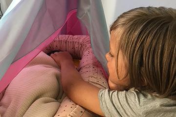 Wochenbett Geschwisterkinder schlafendes Baby